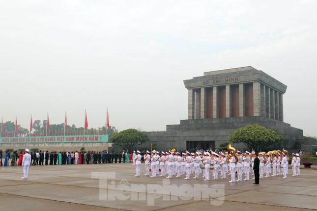 Đoàn đại biểu Quốc hội vào lăng viếng Chủ tịch Hồ Chí Minh ảnh 9