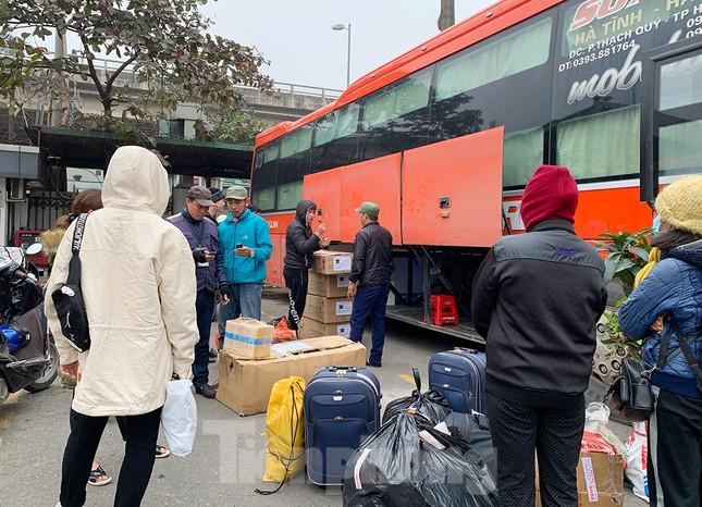 Người dân dùng phương tiện cá nhân về quê, bến xe Hà Nội vắng khách ảnh 9