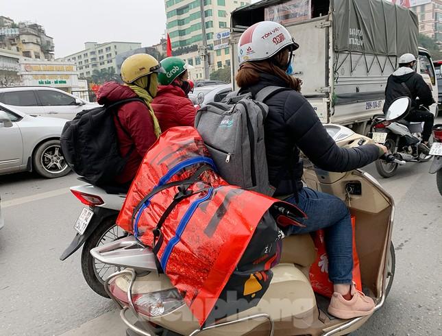 Người dân dùng phương tiện cá nhân về quê, bến xe Hà Nội vắng khách ảnh 13