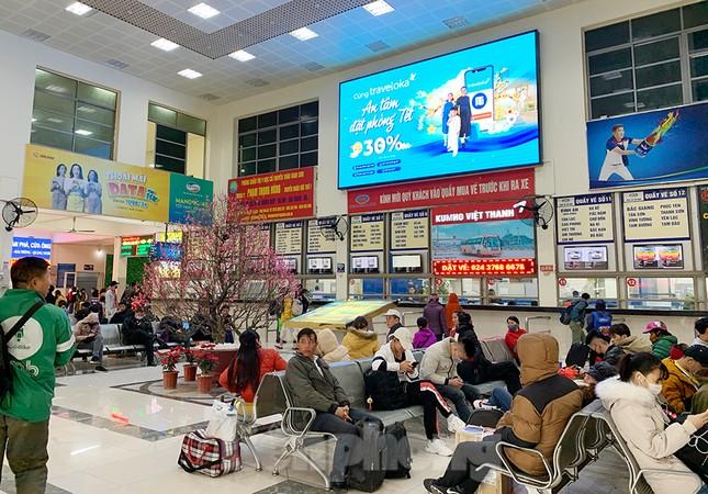 Người dân dùng phương tiện cá nhân về quê, bến xe Hà Nội vắng khách ảnh 10