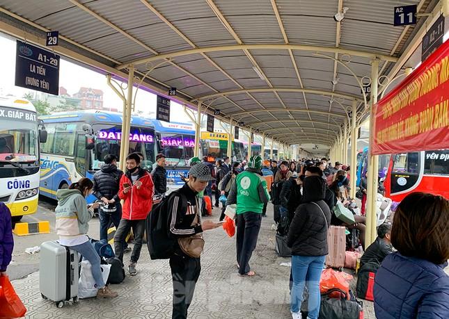 Người dân dùng phương tiện cá nhân về quê, bến xe Hà Nội vắng khách ảnh 4