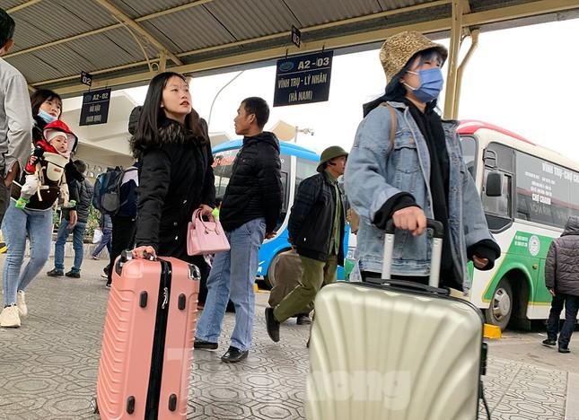 Người dân dùng phương tiện cá nhân về quê, bến xe Hà Nội vắng khách ảnh 5
