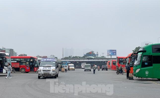 Người dân dùng phương tiện cá nhân về quê, bến xe Hà Nội vắng khách ảnh 6