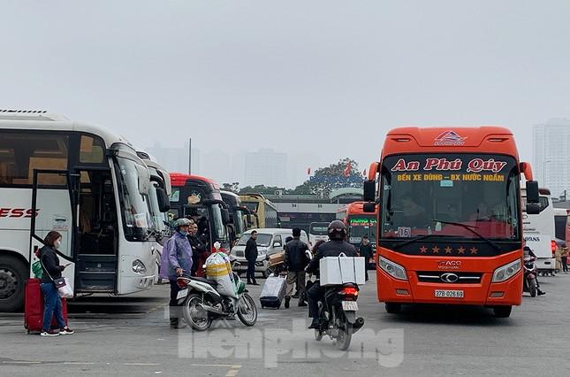 Người dân dùng phương tiện cá nhân về quê, bến xe Hà Nội vắng khách ảnh 7