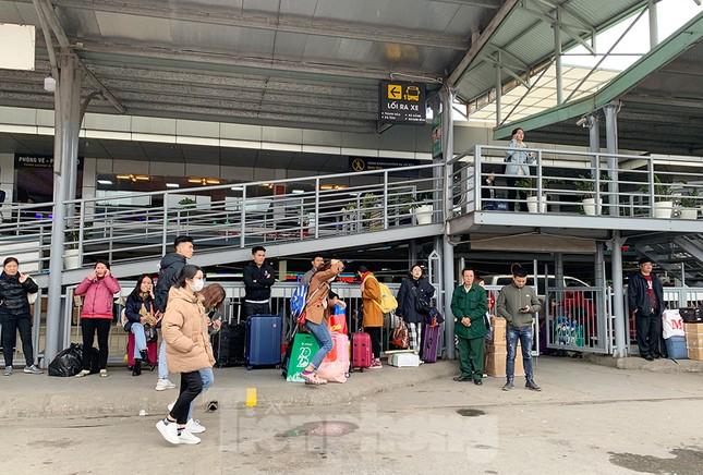 Người dân dùng phương tiện cá nhân về quê, bến xe Hà Nội vắng khách ảnh 8