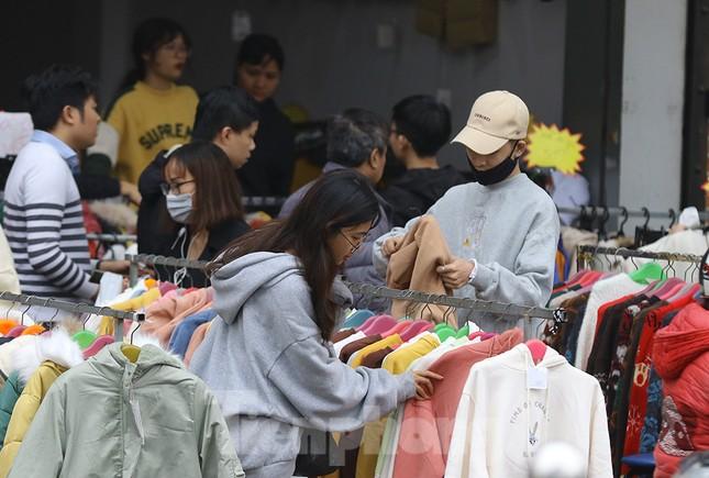 Sinh viên nườm nượp sắm đồ giảm giá cuối năm ảnh 5