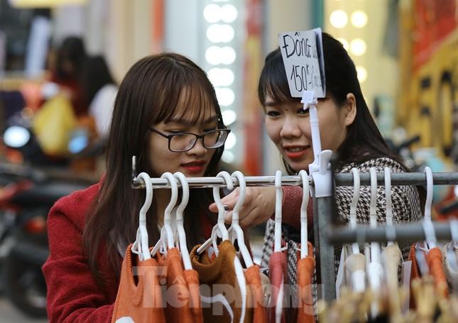 Sinh viên nườm nượp sắm đồ giảm giá cuối năm ảnh 8