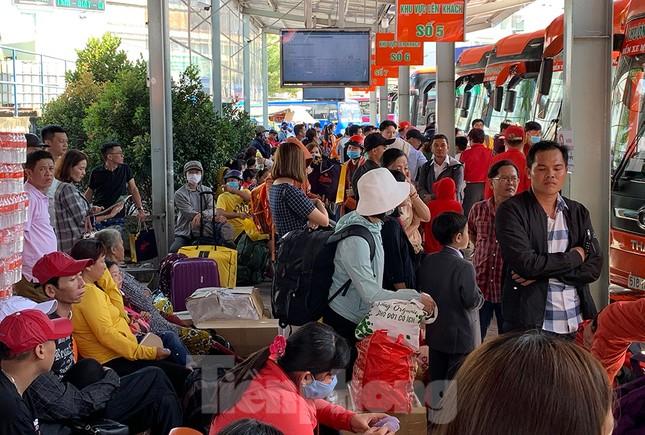 Mùng 1 Tết, bến xe miền Tây đông kín người đổ về quê ảnh 12