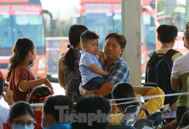 Mùng 1 Tết, bến xe miền Tây đông kín người đổ về quê ảnh 8