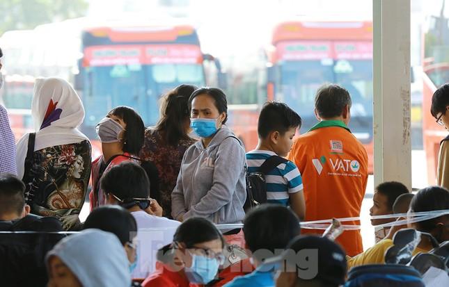 Mùng 1 Tết, bến xe miền Tây đông kín người đổ về quê ảnh 10