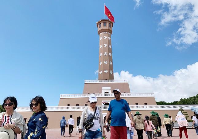 Nghìn người đổ về Đất Mũi tham quan 'Cột cờ Hà Nội' ảnh 13