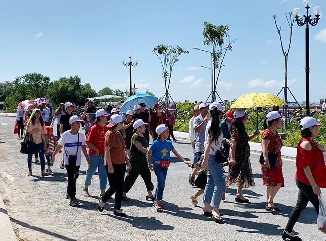 Nghìn người đổ về Đất Mũi tham quan 'Cột cờ Hà Nội' ảnh 6