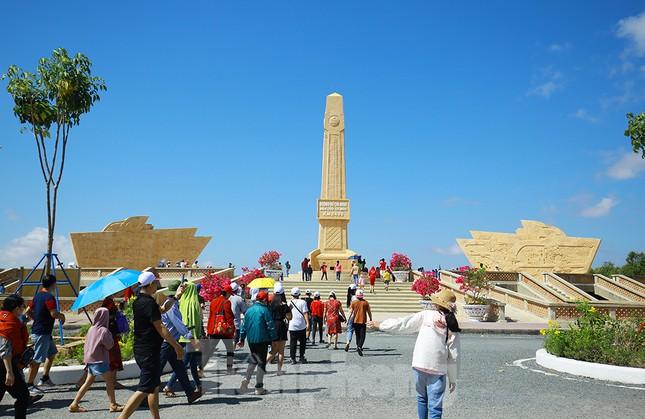 Nghìn người đổ về Đất Mũi tham quan 'Cột cờ Hà Nội' ảnh 1