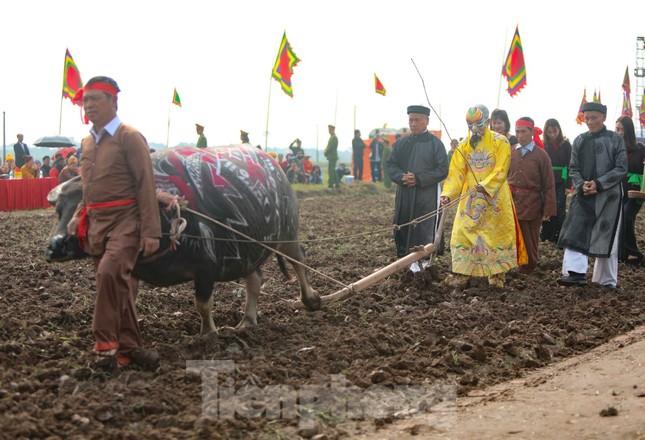 Người dân đeo khẩu trang xem 'Vua' đi cày khai hội Tịch điền Đọi Sơn ảnh 11