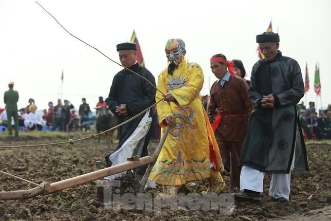 Người dân đeo khẩu trang xem 'Vua' đi cày khai hội Tịch điền Đọi Sơn ảnh 12