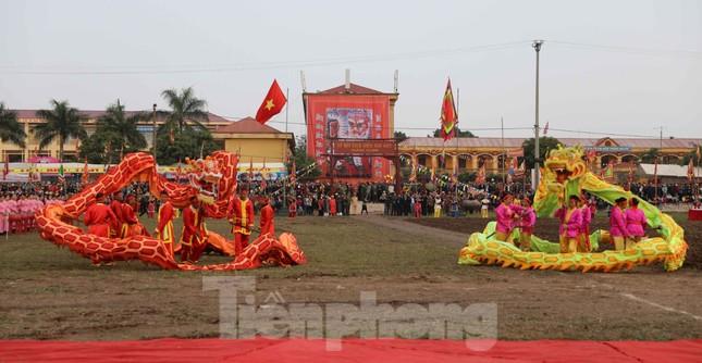 Người dân đeo khẩu trang xem 'Vua' đi cày khai hội Tịch điền Đọi Sơn ảnh 1