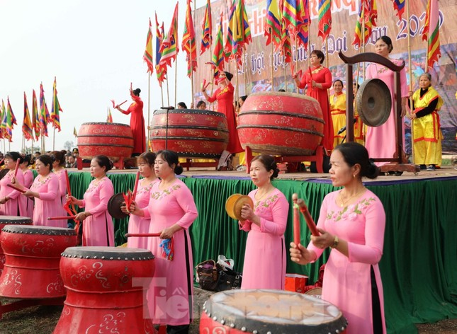 Người dân đeo khẩu trang xem 'Vua' đi cày khai hội Tịch điền Đọi Sơn ảnh 2