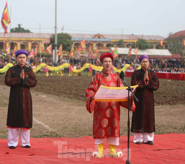 Người dân đeo khẩu trang xem 'Vua' đi cày khai hội Tịch điền Đọi Sơn ảnh 3
