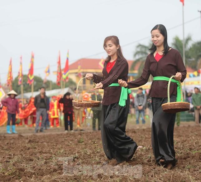 Người dân đeo khẩu trang xem 'Vua' đi cày khai hội Tịch điền Đọi Sơn ảnh 4