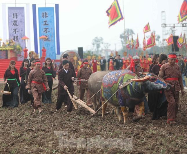 Người dân đeo khẩu trang xem 'Vua' đi cày khai hội Tịch điền Đọi Sơn ảnh 5