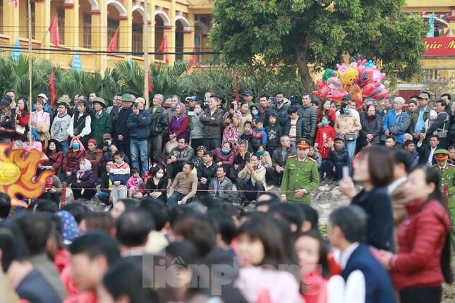 Người dân đeo khẩu trang xem 'Vua' đi cày khai hội Tịch điền Đọi Sơn ảnh 8