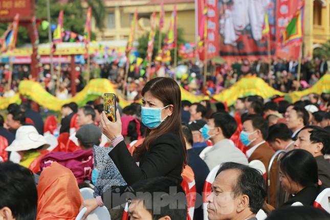 Người dân đeo khẩu trang xem 'Vua' đi cày khai hội Tịch điền Đọi Sơn ảnh 9
