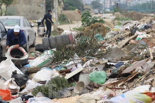 Tận thấy bãi rác tự phát bốc mùi xú uế giữa Thủ đô ảnh 11