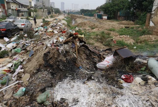 Tận thấy bãi rác tự phát bốc mùi xú uế giữa Thủ đô ảnh 1