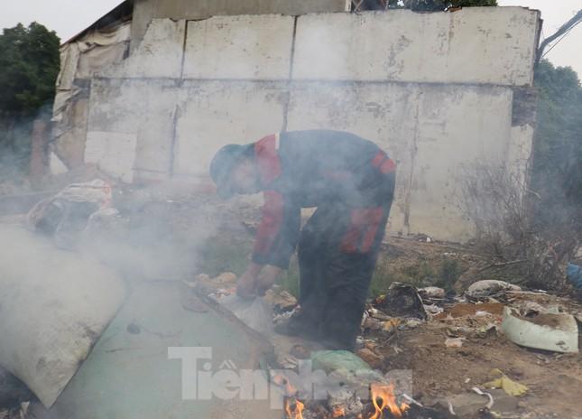 Tận thấy bãi rác tự phát bốc mùi xú uế giữa Thủ đô ảnh 2