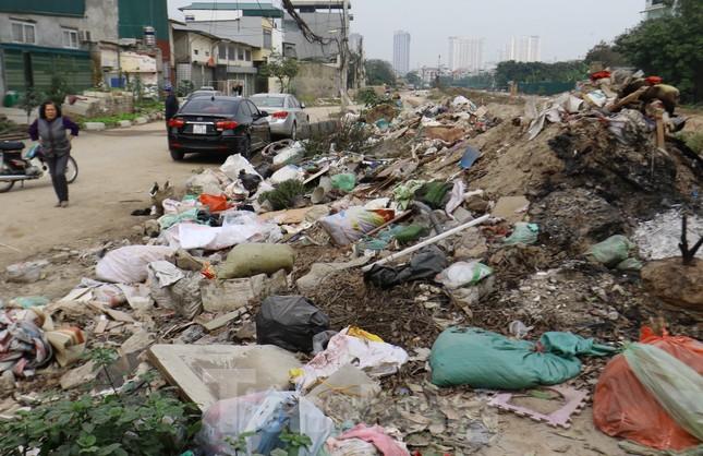 Tận thấy bãi rác tự phát bốc mùi xú uế giữa Thủ đô ảnh 3