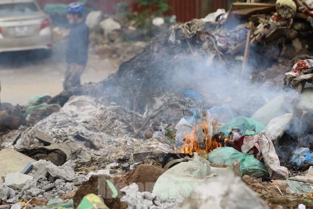 Tận thấy bãi rác tự phát bốc mùi xú uế giữa Thủ đô ảnh 9
