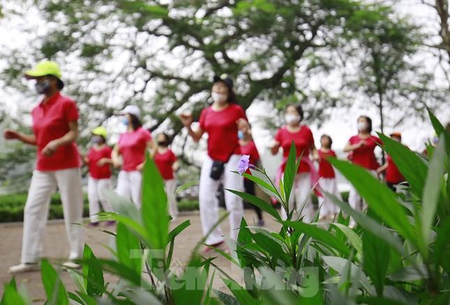 Người Hà Nội tập thể dục thời chống dịch Covid -19 ảnh 11