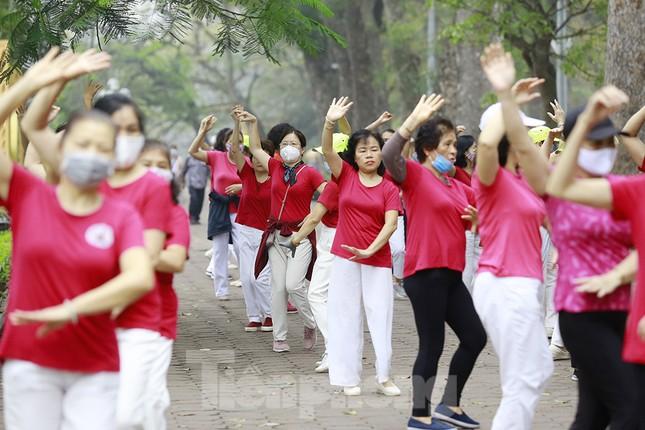 Người Hà Nội tập thể dục thời chống dịch Covid -19 ảnh 12