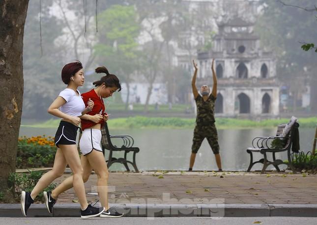 Người Hà Nội tập thể dục thời chống dịch Covid -19 ảnh 2