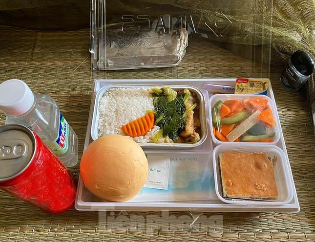 Bố mẹ tiếp tế đồ ăn cho con ở khu cách ly Pháp Vân -Tứ Hiệp ảnh 5
