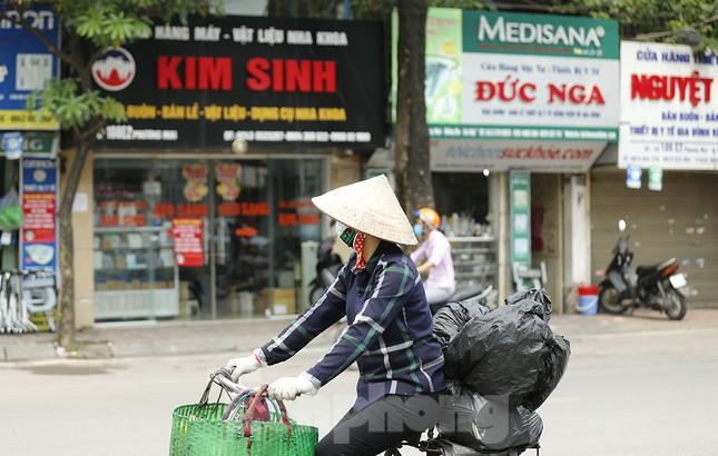 Hàng quán xung quanh bệnh viện Bạch Mai cửa đóng then cài ảnh 10