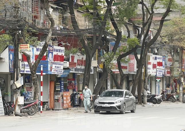 Hàng quán xung quanh bệnh viện Bạch Mai cửa đóng then cài ảnh 11
