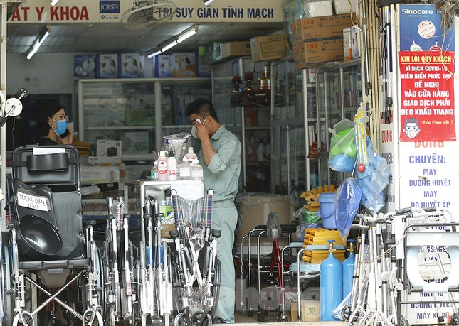 Hàng quán xung quanh bệnh viện Bạch Mai cửa đóng then cài ảnh 12