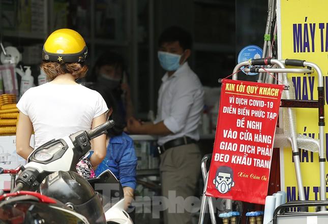 Hàng quán xung quanh bệnh viện Bạch Mai cửa đóng then cài ảnh 13