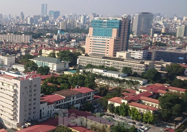 Hàng quán xung quanh bệnh viện Bạch Mai cửa đóng then cài ảnh 1