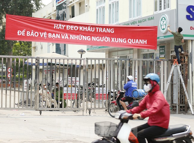 Hàng quán xung quanh bệnh viện Bạch Mai cửa đóng then cài ảnh 5