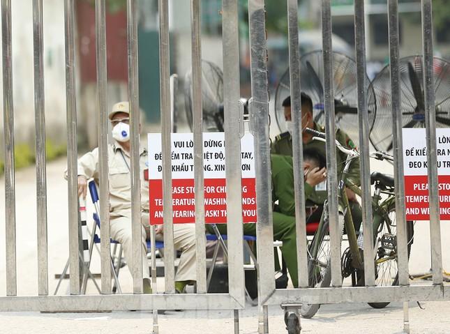 Hàng quán xung quanh bệnh viện Bạch Mai cửa đóng then cài ảnh 6