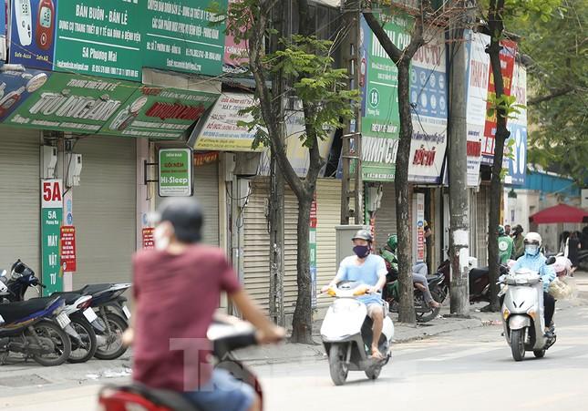 Hàng quán xung quanh bệnh viện Bạch Mai cửa đóng then cài ảnh 7