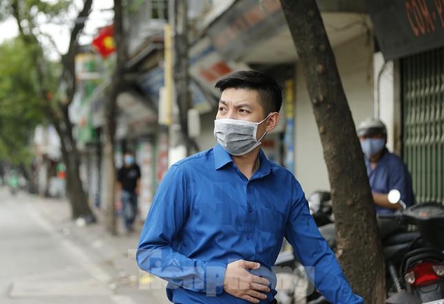Hàng quán xung quanh bệnh viện Bạch Mai cửa đóng then cài ảnh 8
