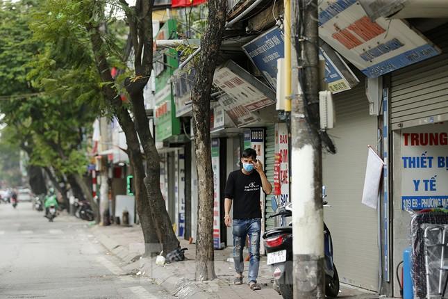 Hàng quán xung quanh bệnh viện Bạch Mai cửa đóng then cài ảnh 9