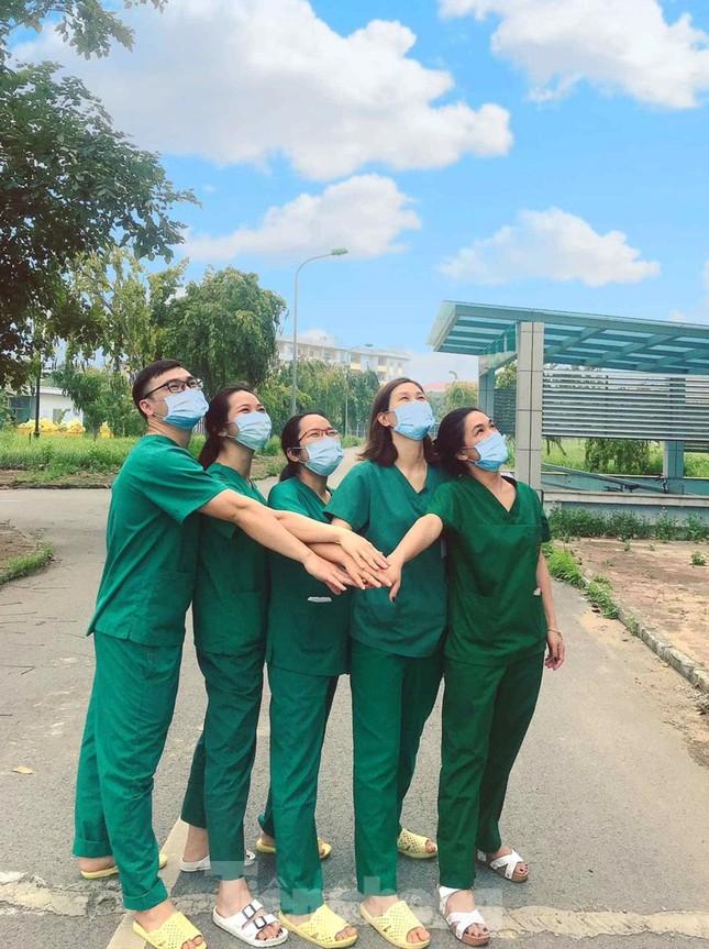 Phút thư giãn hiếm hoi của y, bác sĩ nơi tuyến đầu chống dịch COVID-19 ảnh 2