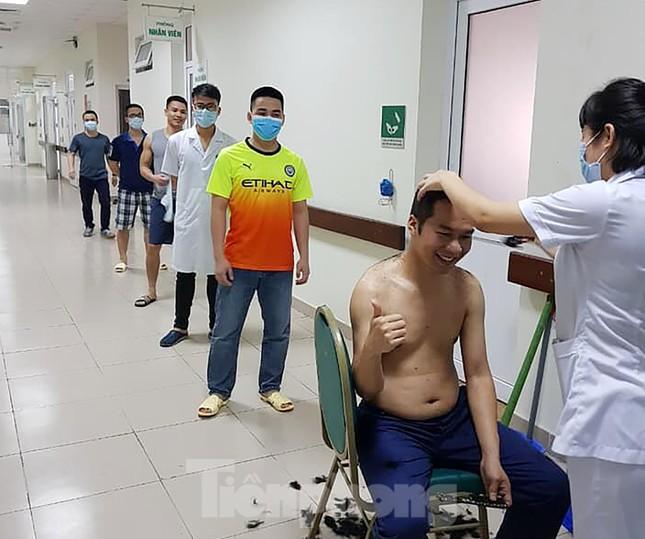 Phút thư giãn hiếm hoi của y, bác sĩ nơi tuyến đầu chống dịch COVID-19 ảnh 3
