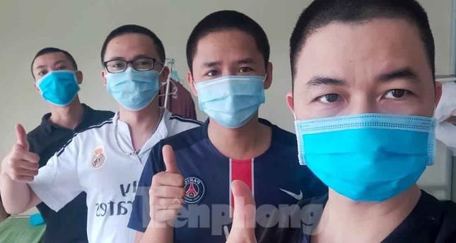 Phút thư giãn hiếm hoi của y, bác sĩ nơi tuyến đầu chống dịch COVID-19 ảnh 7