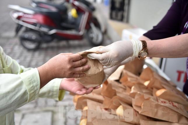 Nghìn chiếc bánh miễn phí đong đầy yêu thương cho người khó khăn mùa dịch COVID-19 ảnh 11