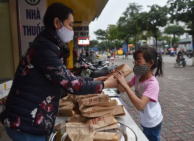 Nghìn chiếc bánh miễn phí đong đầy yêu thương cho người khó khăn mùa dịch COVID-19 ảnh 13